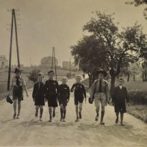 1935 - roztocká vlčata na výletě na Okoř
