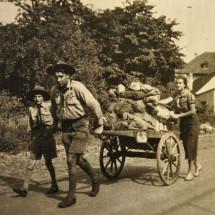 1937 - roztočtí skauti vezou tábornickou výstroj pražským skautkám tábořícím ve Velkém háji