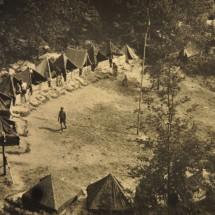 1946 - 2. oddíl táboří pod hradem Kokořín; pohled na tábořiště přezdívané Lísková rokle