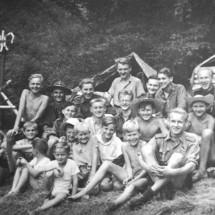1946 - 2. oddíl táboří pod hradem Kokořín; osazenstvo tábora