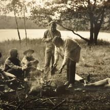 1969 - skauti z 1. oddílu pod vedením Vladimíra Boloňského se spisovatelem Ladislavem Fuksem u Vyžlovského rybníka